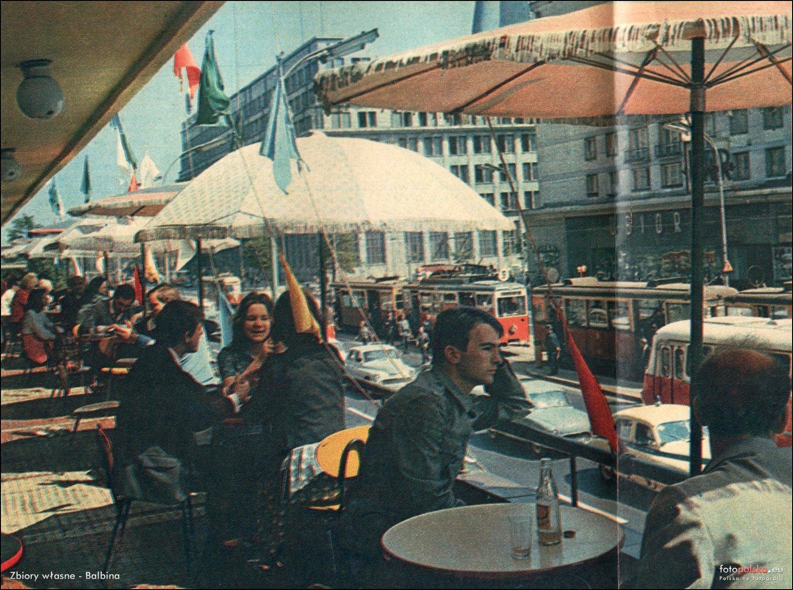 Znalezione obrazy dla zapytania Zdjęcie kawiarni na tarasie Centralnego Domu towarowego w W-wie.